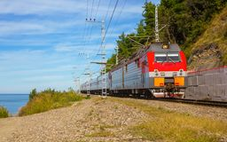 Пассажирский поезд на береге моря Стоковая Фотография RF