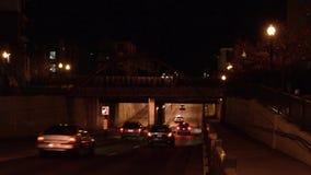 Пассажирский поезд пропуская над автомобилями на подземном переходе сток-видео