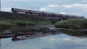 Пассажирский поезд пропуская над мостом сток-видео
