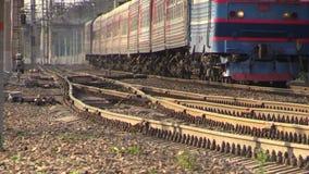 Пассажирский поезд Стрельба на длинном фокусе Помох над рельсами сток-видео