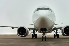 Пассажирский самолет в автостоянке авиапорта стоковое фото rf