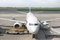 Пассажирский самолет как раз приехал к авиапорту Варшавы Стоковые Изображения RF