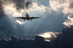 Пассажирский самолет на конечном заходе Стоковые Изображения RF