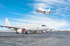 Пассажирский самолет, самолет припарковал на обслуживании перед отклонением на авиапорте, другие плоские нажимают назад кудель Од стоковые фотографии rf