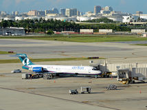 Пассажирский самолет Tran воздуха в Форт Лаудердале стоковые фото
