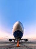 Пассажирский самолет в месте для стоянки, автостоянка aiport Стоковые Фотографии RF