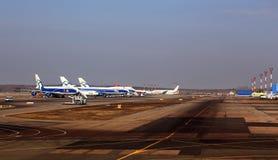 Пассажирский самолет в месте для стоянки на авиапорте Стоковые Фотографии RF