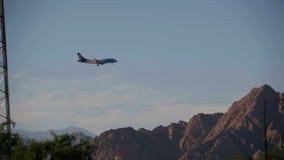 Пассажирский самолет в посадке неба на предпосылке гор и пальм в Египте движение медленное акции видеоматериалы