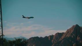 Пассажирский самолет в посадке неба на предпосылке гор и пальм в Египте движение медленное видеоматериал