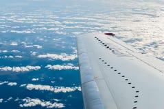 Пассажирский самолет летает над облаками Стоковая Фотография