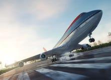 пассажирский самолет принимает от предпосылки дела перемещения взлётно-посадочная дорожка стоковая фотография rf