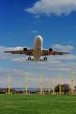 Пассажирский самолет приходя в землю Стоковые Изображения RF