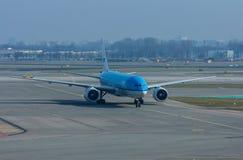Пассажирский самолет KLM на взлётно-посадочная дорожка Стоковое Изображение