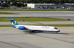 Пассажирский самолет Tran воздуха приезжая в Fort Lauderdale стоковые фотографии rf