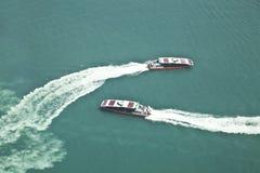 2 пассажирского корабля проходя мимо Стоковые Фото