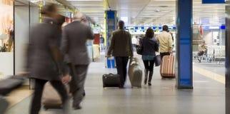 Пассажиры авиапорта стоковое изображение rf