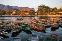 Пассажиры весельной лодки ждать на восходе солнца, Hoa Lu Tam Coc, Hoi древний город, Вьетнам стоковое фото rf