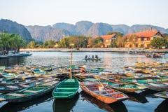 Пассажиры весельной лодки ждать на восходе солнца, Hoa Lu Tam Coc, Hoi древний город, Вьетнам стоковые фотографии rf