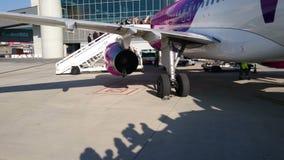 Пассажиры всходя на борт самолета на авиапорте перед взлетом иллюстрация черноты самолета воздушных судн 3d изолировала взлётно-п акции видеоматериалы