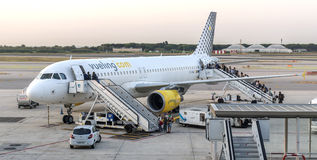 Пассажиры всходят на борт на самолете Стоковое Фото