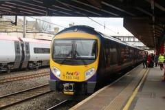 Пассажиры всходя на борт поезда на станции Ланкастера Стоковые Изображения