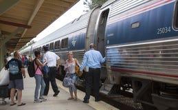 Пассажиры всходя на борт поезда США Amtrak Стоковые Фото