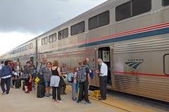 Пассажиры всходя на борт поезда Amtrak стоковые изображения