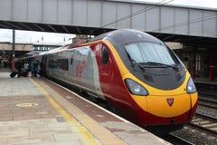 Пассажиры всходя на борт поезда Pendolino на Ланкастере Стоковое фото RF