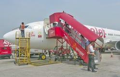 Пассажиры всходя на борт полета стоковая фотография