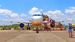 Пассажиры всходя на борт aircr Филиппин cebu pacific стоковые фото