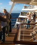Пассажиры выравнивают палубы туристического судна на отклонении от порта стоковая фотография rf