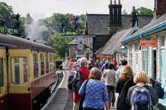 Пассажиры высаживаются от винтажного северного Йоркшира причаливают железнодорожные экипажей стоковое фото rf