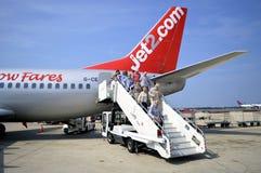 Пассажиры высаживаясь форма Jet2 воздушные судн аэробуса A320 com Стоковые Изображения