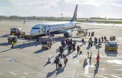 Пассажиры выходя самолет на международный аэропорт Стоковое фото RF