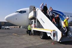 Пассажиры выходя самолет Стоковое Фото