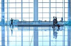 Пассажиры в интерьере авиапорта Стоковая Фотография