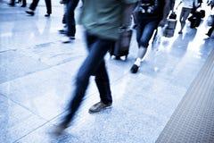 Пассажиры в интерьере авиапорта Стоковое фото RF