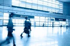 Пассажиры в интерьере авиапорта Стоковые Фото