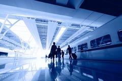 Пассажиры в интерьере авиапорта Стоковое Фото