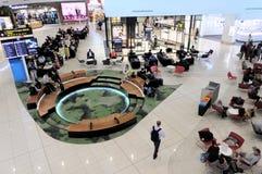 Пассажиры в крупном аэропорте Новой Зеландии Окленда стоковое изображение rf