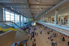 Пассажиры в стержне авиапорта Domodedovo, Москвы, России Стоковая Фотография