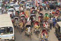 Пассажиры в Дакке, Бангладеш перехода рикш Стоковая Фотография RF