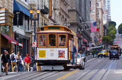 Пассажиры ехать на Пауэлл-Hyde выравнивают фуникулер в Сан-Франциско Стоковая Фотография