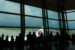 Пассажиры ждать для восхождения на борт малайзийских авиакомпаний стоковые изображения