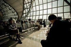 Пассажиры ждать отклонение стоковые изображения rf