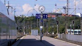 Пассажиры и поезд на платформе железнодорожного вокзала в Хельсинки Промежуток времени сток-видео