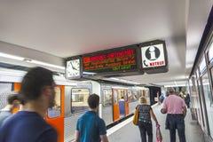 Пассажиры идя на платформу станции Стоковые Изображения