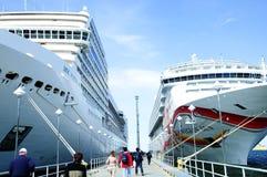 пассажиры круиза возвращающ корабли к Стоковое фото RF