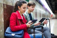 Пассажиры метро ждать поезд стоковые изображения rf