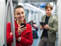 Пассажиры метро с телефонами стоковое изображение rf